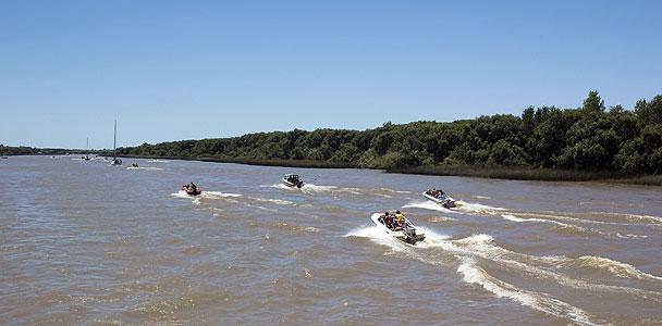 El río Parana tiene un tráfico muy diverso de embarcaciones