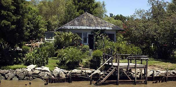 Típica vivienda a la vera del río